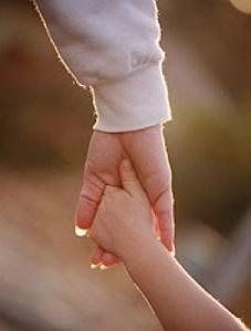 familia-madre-hijo-manos-3_thumbnail
